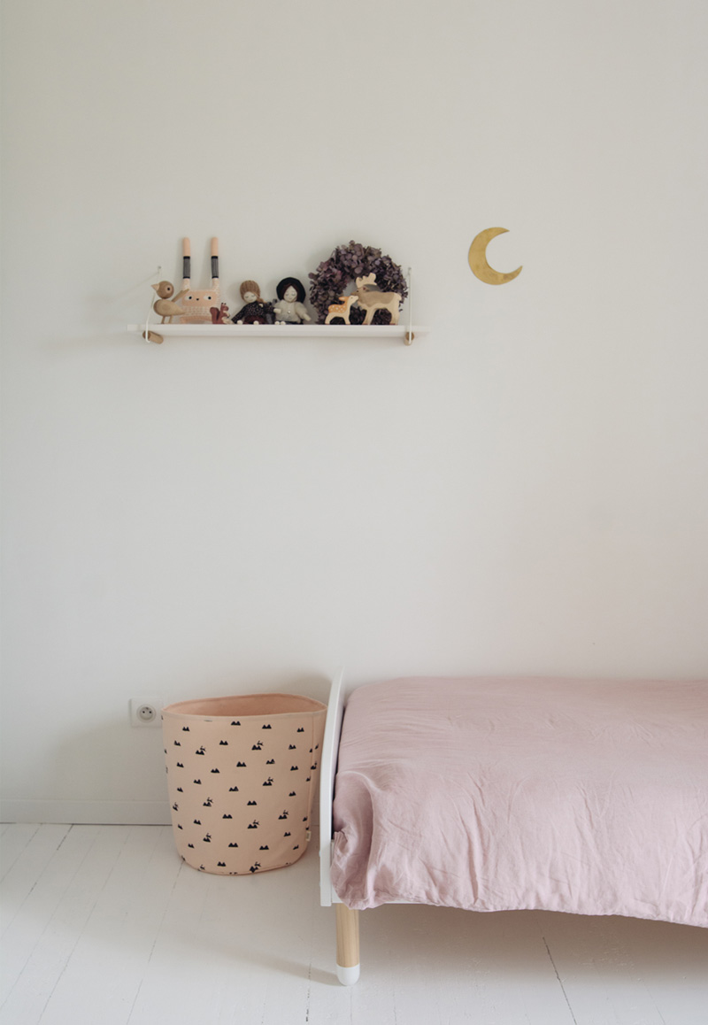minimalistic girls room