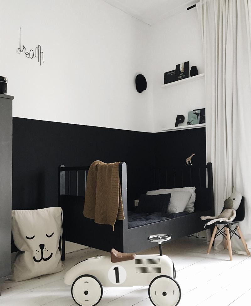 bous room black wall