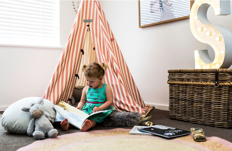 girl reading corner playtent