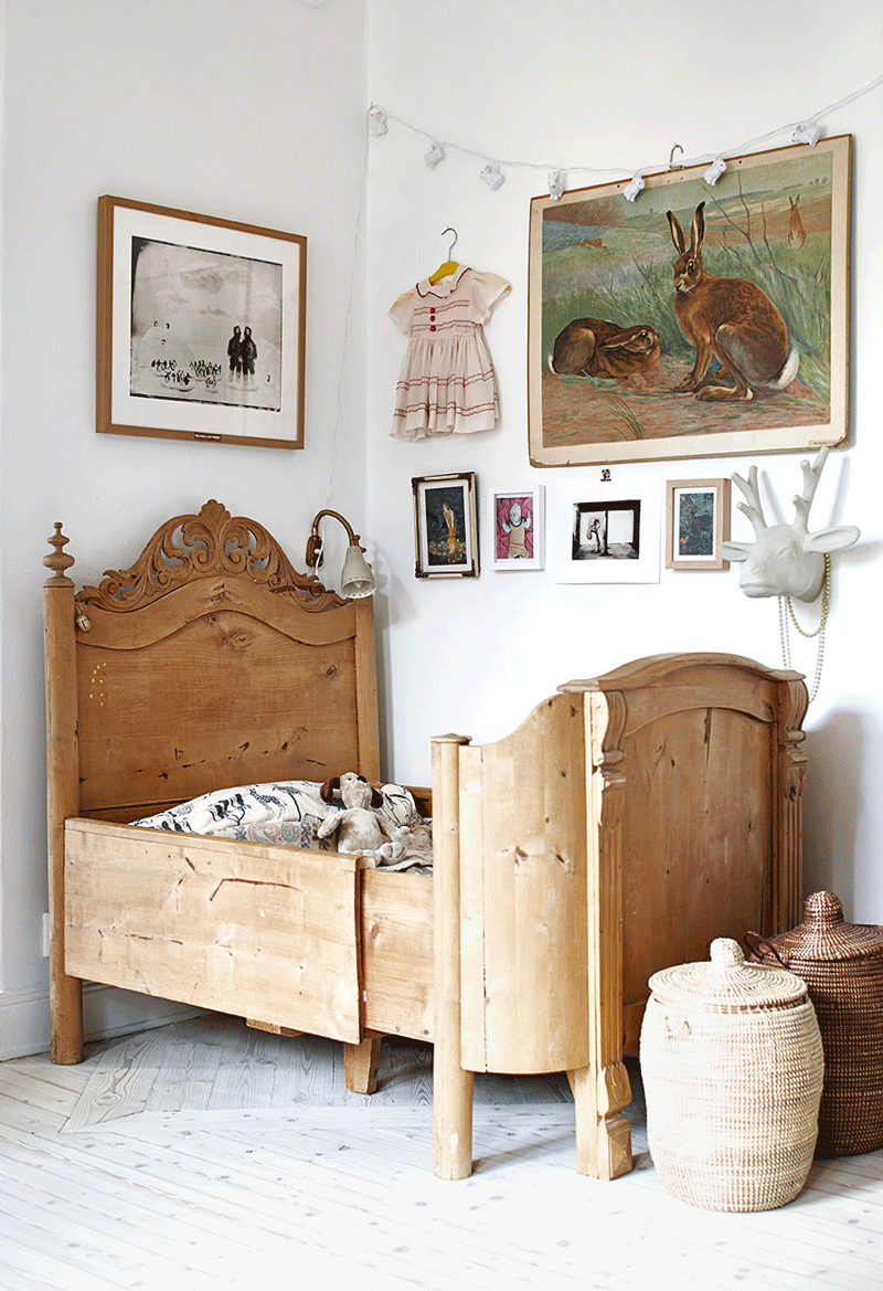 vintage wooden extensible kids bed