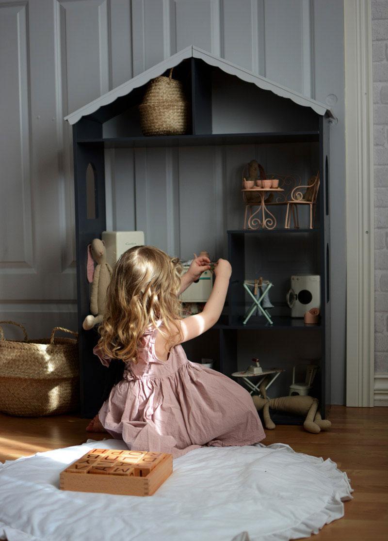 vintage style dollhouse