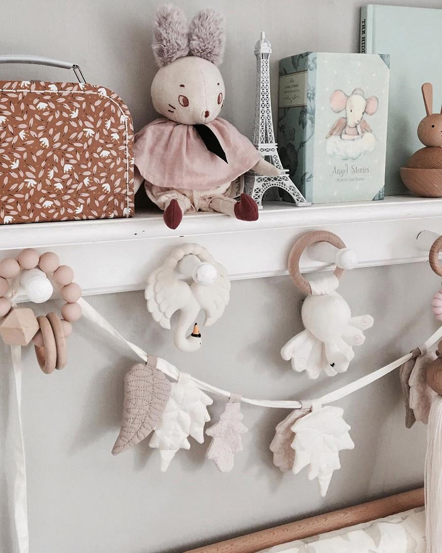 white beige leaf garland nursery or kid's room