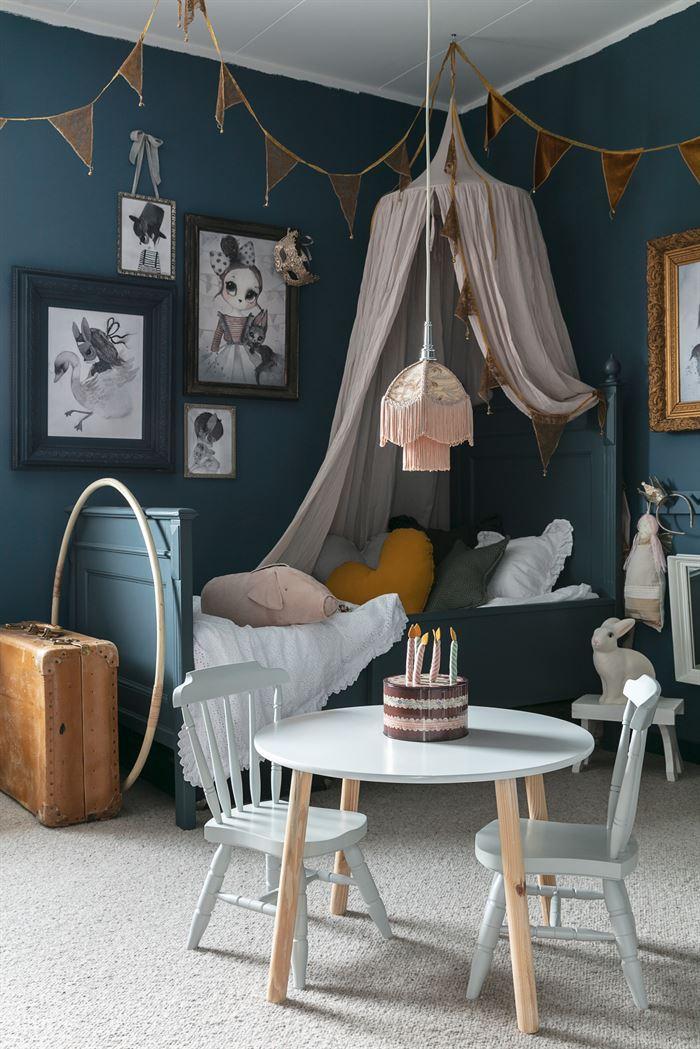 Swedish kid's room in dark grey tones