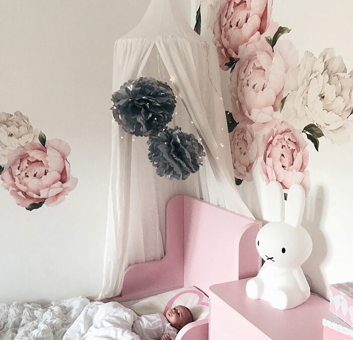 DECORATING WITH POMPOMS IN THE KID'S ROOM